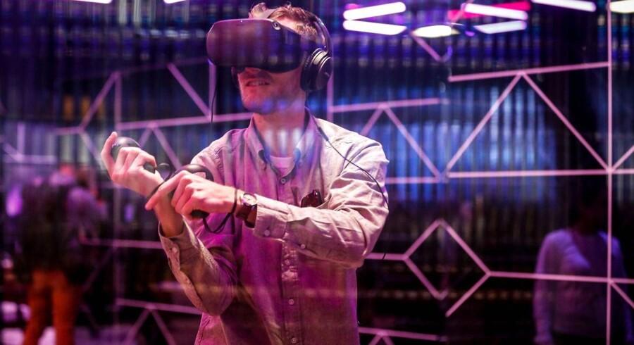 »Synet er den sans, der aktiveres i VR-brillen. Synssansen er totalt dominerende i vores virtuelle tid. Vi tilbringer store dele af vores liv passivt foran skærmene. Vi er bestrålede af skærmene, og stråling medfører døden for vores sanser,« skriver Kasper Støvring.
