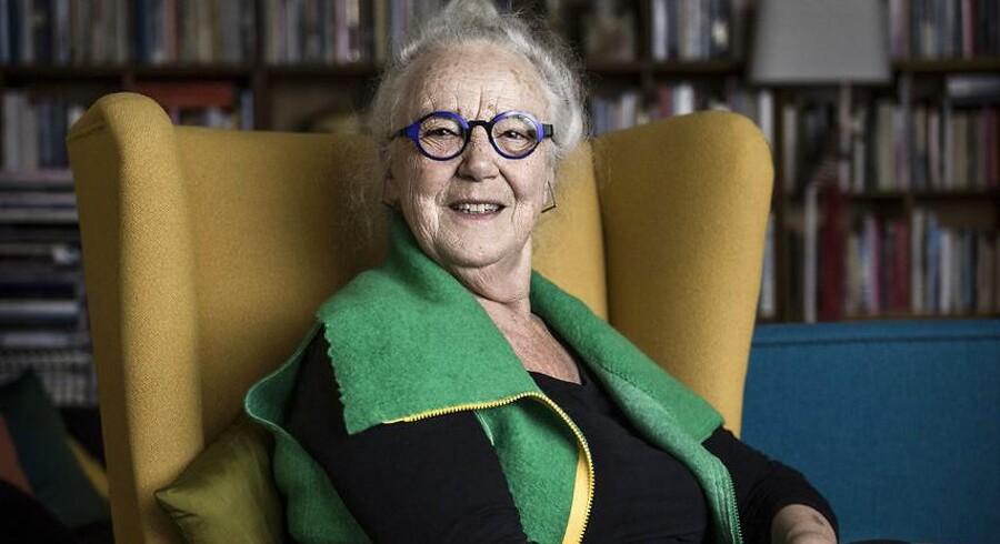 »Mit liv har haft mange bump. Jeg har været nede i sorte huller, og jeg har oplevet stjernestunder,« siger 76-årige Jytte Hilden, her fotograferet i sin lejlighed i Vester Søgade i København.