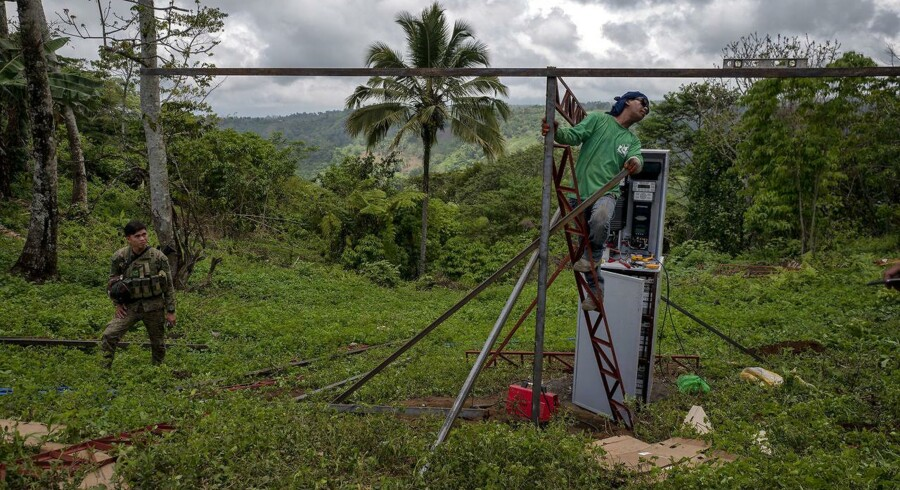 Vandpumpen er ved at blive samlet i den filippinske landsby Padas. Hvis alt går efter planerne, vil vandet fra pumpen hjælpe de fattige bønder i hverdagen – og måske også styrke deres tillid til regeringen.