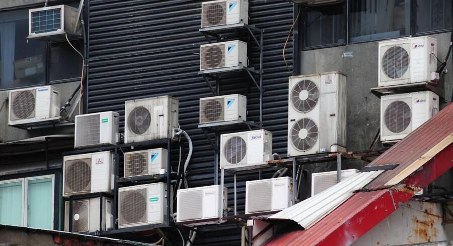 Med milliarder af nye airconditionanlæg er mennesker hastigt på vej mod at bruge mere strøm på nedkøling end opvarmning. Men hvad nu hvis man kunne kombinere anlæg som disse i Hongkong med mekanisk opsugning af CO2 fra luften? Tyske kemikeres futuristiske forslag vækker opsigt.