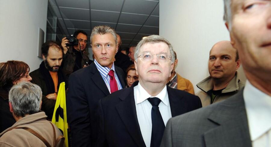 France Télécoms topchef, Didier Lombard, forlader i oktober 2009 en pressekonference, omgivet af ansatte, i Bretagne, efter at den 25. ansatte – en 48-årig ingeniør – havde begået selvmord på blot 20 måneder ved at hænge sig i sit hjem, en måned efter at han havde meldt sig syg. Arkivfoto: Fred Tanneau / AFP / Ritzau Scanpix
