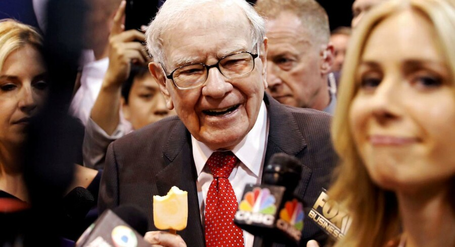 Warren Buffett startede sin karriere som avisomdeler, og det får nu et usædvanligt efterspil. Han er »still going strong« og snupper her en is forud for det store årsmøde i sit investeringsselskab. Foto: Scott Morgan, Reuters/Ritzau Scanpix