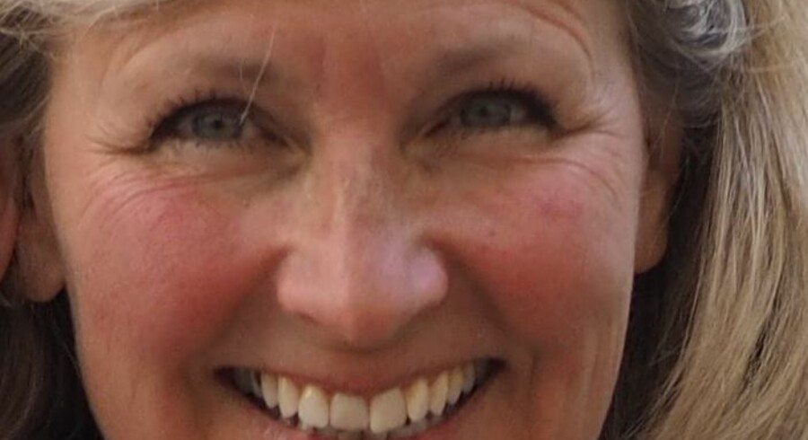 Den dræbte kvinde er den 58-årige læge Charlotte Asperud, som blev dræbt i sit hjem i Tisvildeleje, oplyser politiet.