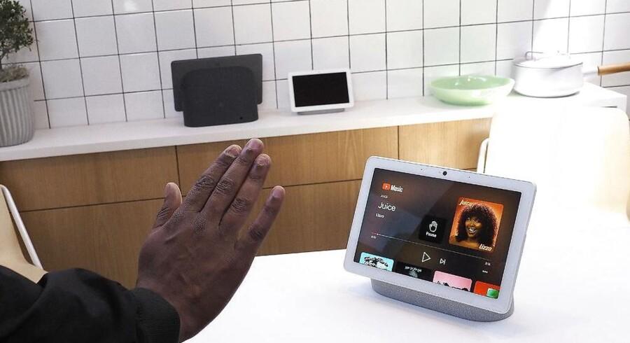 Googles højttaler med indbygget skærm vokser i størrelse og får nu også indbygget kamera, så man blandt andet kan styre den med håndbevægelser. Mange frygter dog stadig at blive utidigt overvåget.