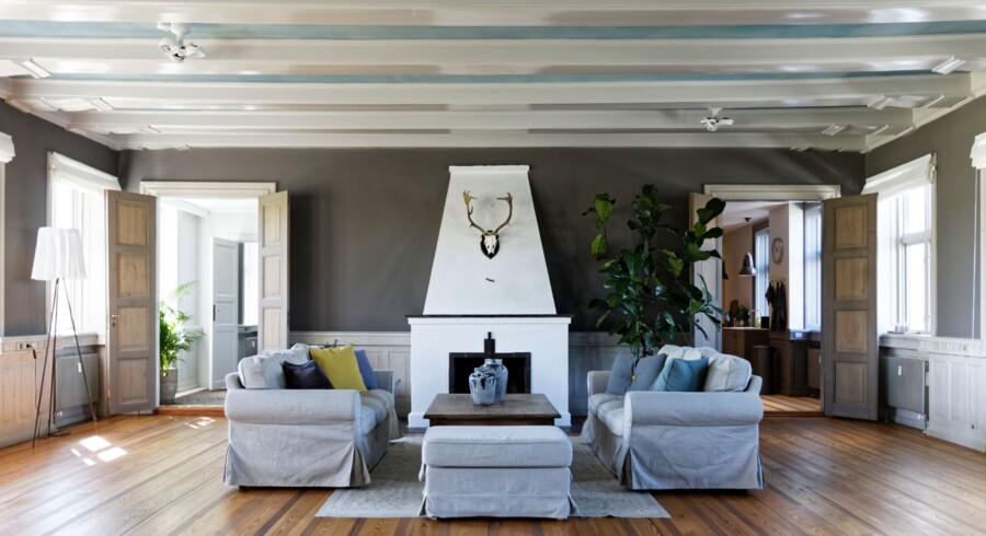 Møbler bør have volumen i en stue af denne størrelse. Midlertidige Ektorp-møbler fra IKEA er blevet permanente foran pejsen. Jens Lyngsøe-sofabordet er købt på Lauritz.com.
