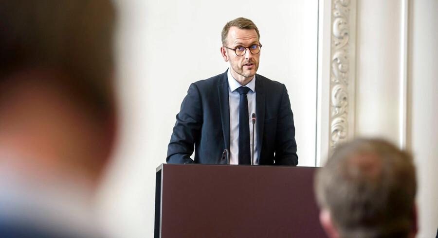 Den tidligere chefjurist i Danske Bank, Flemming Pristed, ses her under en høring om hvidvask i Landstingssalen. Han er nu sigtet af Bagmandspolitiet i dennes efterforskning af banken.