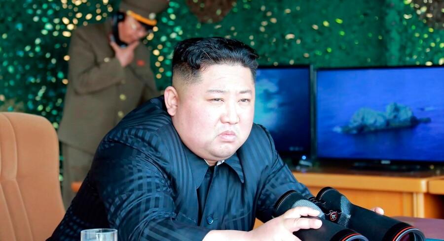 Nordkoreas øverste leder, Kim Jong-un, overværede prøveaffyringerne for fem dage siden. Nu har Nordkorea affyret et eller flere projektiler igen, meddeler det sydkoreanske militær. - Foto: KCNA Via Kns/Ritzau Scanpix