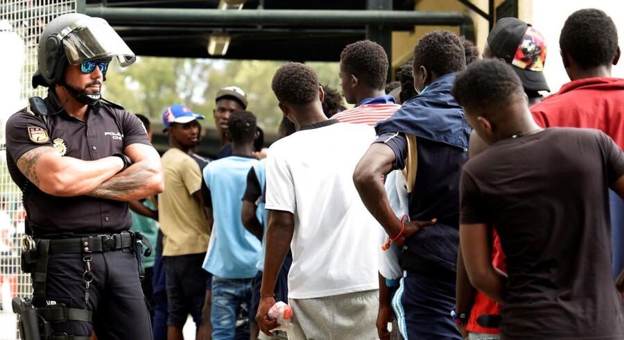 »Vi kunne hjælpe ti svage og udsatte flygtninge for de samme midler, vi i dag bruger på at modtage én af de unge mænd fra Mellemøsten eller Afrika.« Foto: REUTERS/Fabian Bimmer/Ritzau Scanpix.