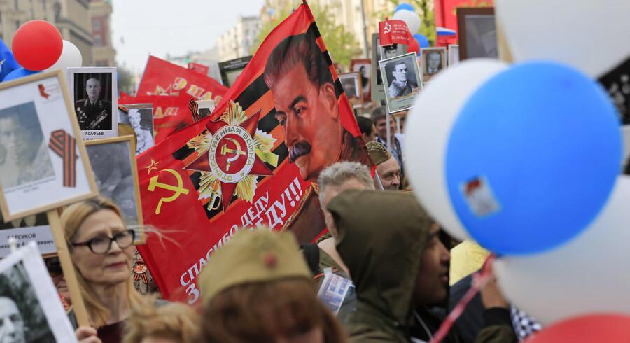 Ved marchen for det såkaldte »Udødelige Regiment« hyldes familiemedlemmer, der deltog i Anden Verdenskrig. Men som det kan ses på billedet, hyldes også den tidligere sovjetiske diktator Josef Stalin. Marchen torsdag 9. maj fungerer som et led i en større rehabilitering af Stalins ry og omdømme i Rusland.