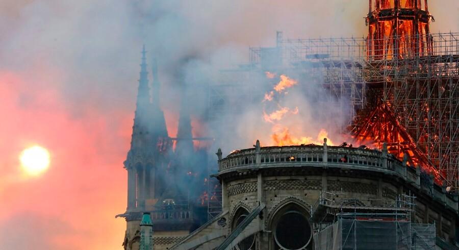 En måling fra YouGov i denne måned viser, at 54 procent af de adspurgte ønsker at se Notre Dame genopført nøjagtigt som den var, mens kun omkring 25 procent støtter ideen om et moderne arkitektonisk præg efter en genopbygning. Ludovic Marin/Ritzau Scanpix