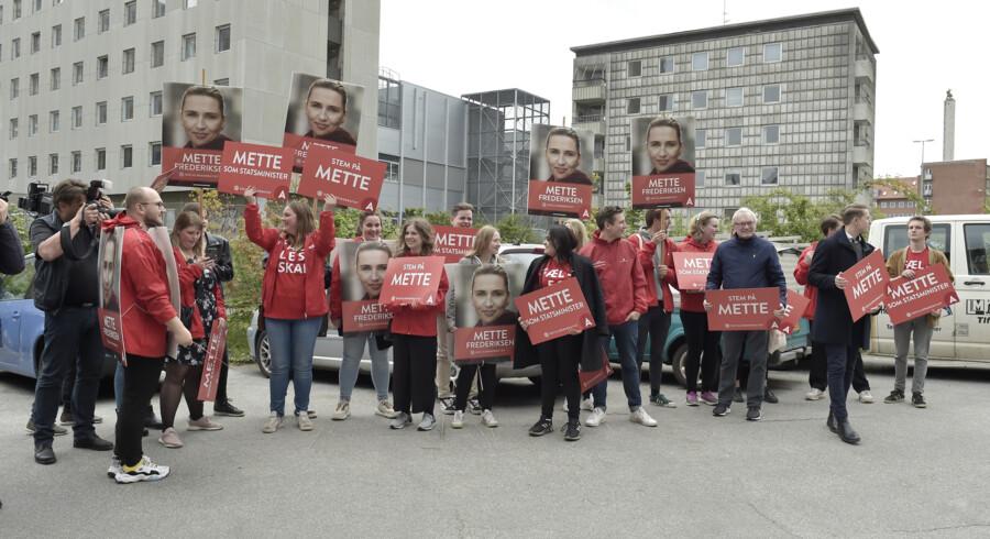 Socialdemokratiets formand, Mette Frederiksen, indledte fredag sin valgkamp på Aalborg Katedralskole, hvor partisoldaterne stod klar til at tage imod. Henning Bagger/Ritzau Scanpix