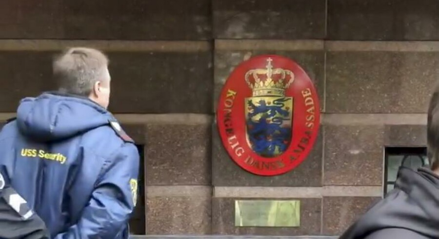 Billede foran den danske ambassade i Kiev, Ukraine, mandag d. 6 maj. Der står skærpet politi foran bygningen, hvor den danske mand opholder sig med sin toårige søn.