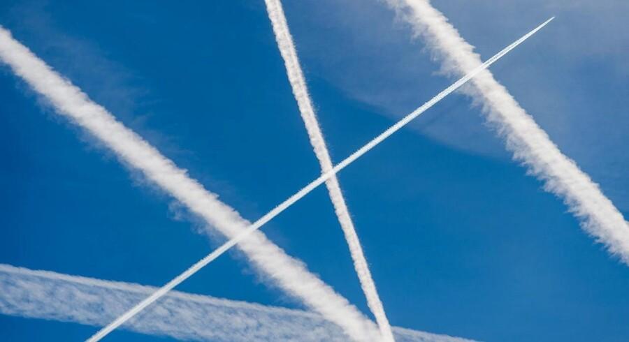 Det er ikke bare den rene CO2-udledning, der gør fly til klimasyndere. De såkaldte contrails i halene på fly menes også at have en opvarmende effekt på klodens klima.