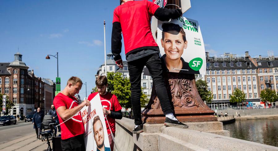 SF var lørdag de første til at hænge plakater på på Dronning Louises Bro.