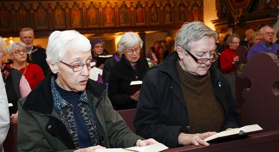 Selvom jeg ikke er religiøs, giver det mig en intens følelse af samhørighed at synge gamle danske salmer i kirken. Har man det stramt med religiøse sange, kan det samme siges om klassikerne i højskolesangbogen, skriver Jacob Mchangama.