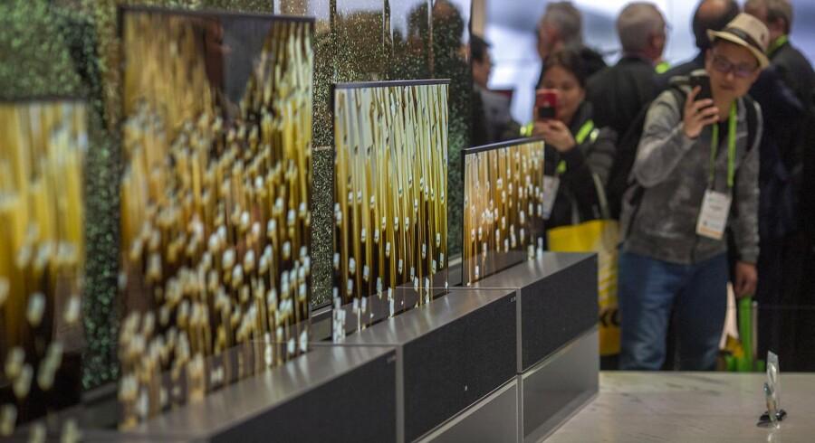 LGs OLED-fladskærmsfjernsyn, der kan rulles sammen, kommer ikke til Danmark eller Europa foreløbig, men den sydkoreanske TV-gigant, som er Danmarks næstmest populære TV-mærke, satser fortsat på de glasklare OLED-skærme i årets sortiment – selv om sidste års modeller fortsat trækker godt. Arkivfoto: David McNew, AFP/Ritzau Scanpix