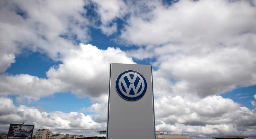 Volkswagen oplyste mandag endvidere, at bilfabrikanten har i sinde at investere tæt på 1 mia. euro - svarende til knap 7,5 mia. kr. - i en fabrik, der skal lave battericeller til elbiler.