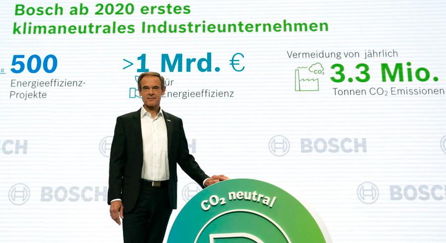 Volkmar Denner, der er topchef for tyske Bosch, viser her sit CO2-neutralle logo frem på selskabets årlige pressekonference i Renningen nær Stuttgart 9. maj 2019. Selskabet udleder p.t. årligt 3,3 mio. ton CO2.