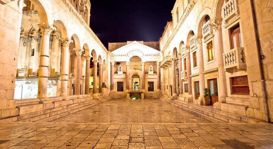 Diocletians palads breder sig udover Splits gamle bydel. Her er det pladsen foran Sankt Domnius-katedralen.