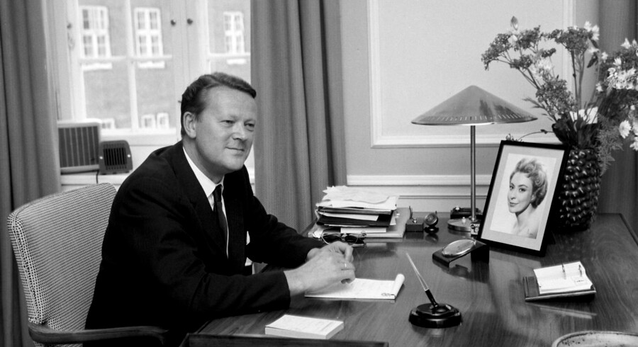 Den danske statsminister Jens Otto Krag ses her på sit kontor i Statsministeriet.; The Danish prime minister Jens Otto Krag (1914 - 1978 ) in his office at Christiansborg.;