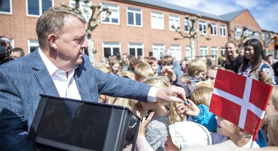 Senest har Venstre med et 20,5 mia. kr. dyrt velfærdsløfte forsøgt at opsluge Socialdemokratiets velfærdsudspil. »Samme velfærd som Socialdemokratiet« hedder det. Her deler Lars Løkke Rasmussen slikkepinde og »high-fives« ud til skolebørn. Foto: Frank Cilius/Ritzau Scanpix