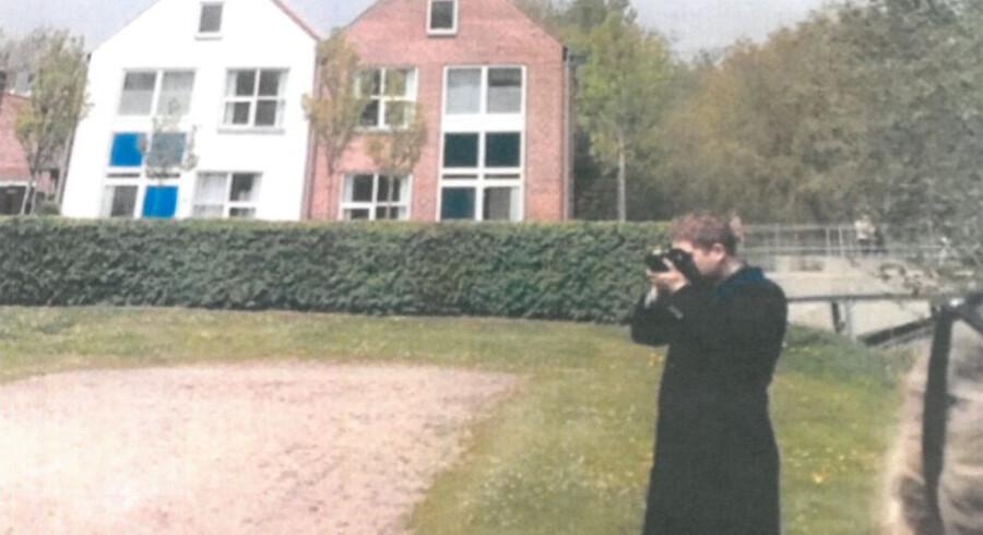 Rasmus Paludan mødte ved flere lejligheder frem i den medstuderendes hjemby, når den medstuderende tog hjem til arrangementer med sine barndomskammerater eller forældre. Her er han mødt frem ved et sportsarrangement, som den medstuderende deltog i, iført i en lang sort frakke. Kilder fortæller, at Paludan fotograferede den medstuderende under sportskampen.