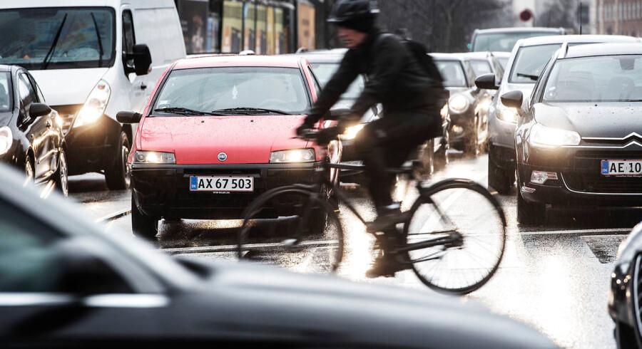 Efter forskere har kriseret regeringen for at bruge forældet viden til at lave ny lov om forurenende biler, vil en samlet opposition nu stramme reglerne for biltrafikken i byerne. Årligt dør mange danskere af sygdomme, der relaterer sig til luftforurening, og »det er ærligt talt helt uansvarligt ikke at gøre mere ved det,« lyder det fra Enhedslistens miljøordfører, Søren Egge Rasmussen.
