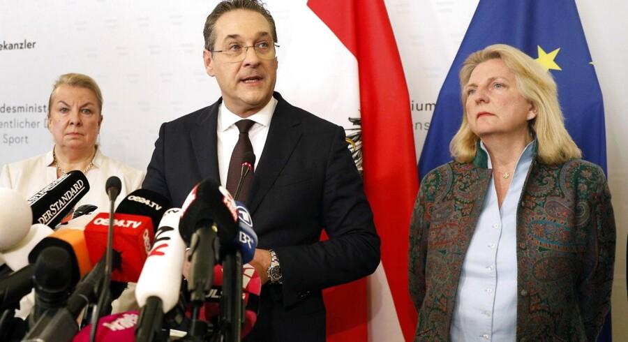 Lødag trådte den østrigske vicekansler Heinz-Christian Strache tilbage. Det skete, efter at tyske medier havde offentliggjort en video, hvoraf det fremgår, at formanden for Frihedspartiet var villig til at tage imod ulovlig valgkampstøtte fra en russisk oligark.