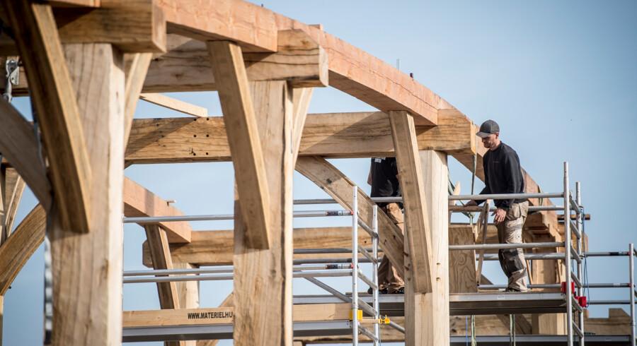 Kongehallen i Sagnlandet Lejre bliver naturligt nok opført i træ, og mange mener, at man i det hele taget byggede mere bæredygtigt i jernalderen. Men ikke alle deler dét synspunkt. Moderne beton har den fordel – også i henseende til CO2-udledning – at det er mere holdbart. Foto: Mads Claus Rasmussen, Scanpix