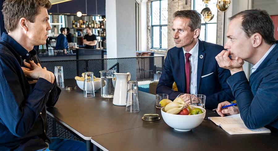 Uddannelses- og forskningsminister Tommy Ahlers (th.) og finansminister Kristian Jensen besøger vækstvirksomheden Pleo og får en snak med stifter Jeppe Rindom (tv.) om manglen på IT-specialister.