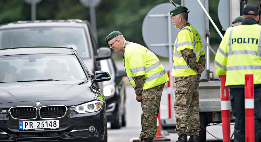 (ARKIV) Grænsekontrol i Kruså den 14. juni 2016. Danmark indførte en midlertidig grænsekontrol 4. januar 2016, og den er blevet forlænget flere gange. Nu vil statsminister Lars Løkke Rasmussen have den gjort permanent. Men hvad kan det betyde for Schengensamarbejdet, som Danmark har været en del af siden 2001? (Foto: Claus Fisker/Ritzau Scanpix)