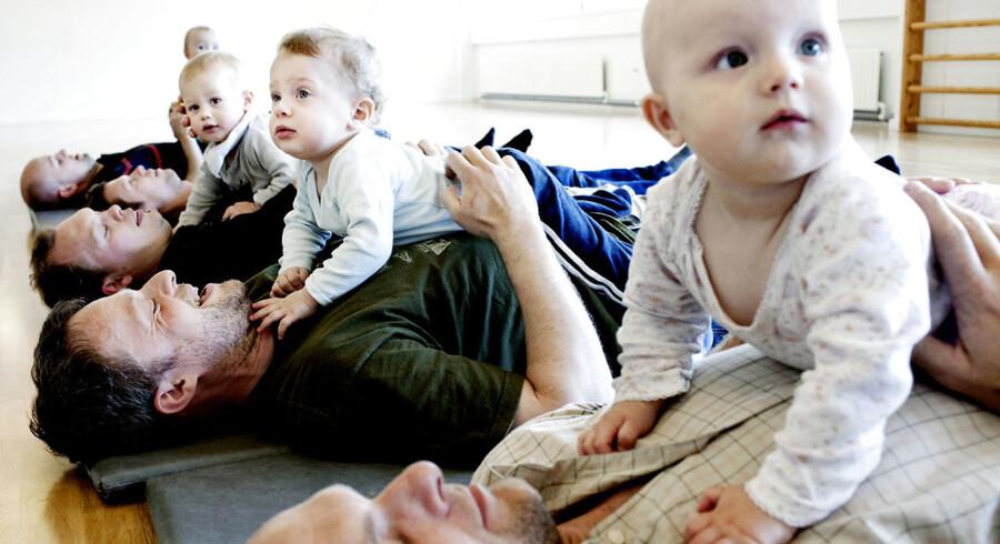 Ifølge Djøf har 80 pct. af alle mandlige advokater ti ugers forældreorlov med fuld løn- Her er fædre på barsel til babyrytmik på Østerbro.