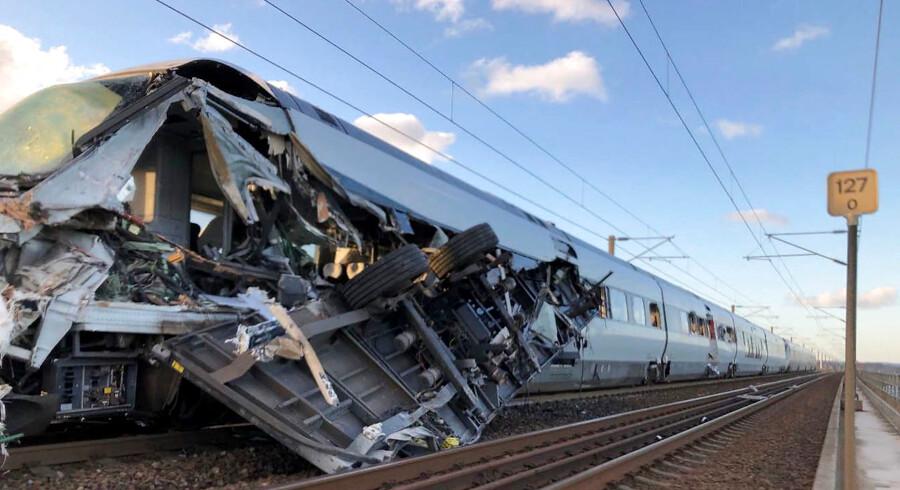 Blot ét sekund før en løsrevet vogn fra et godstog bragede ind i dette IC4-tog på Vestbroen over Storebælt i vintermørke og hård vind klokken 7.30 2. januar 2019, udløste lokomotivføreren »farebremsen« og smed sig ned i førerhusets bund; han overlevede. Otte andre mistede livet, da den løsrevne vogn flænsede venstre side af IC4-toget op.