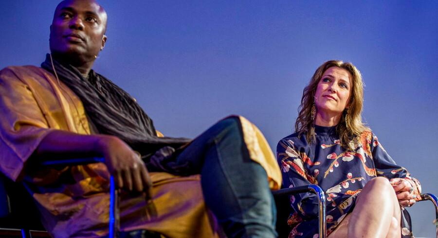 Shaman Durek Verrett og Norges prinsesse Märtha Louise på scenen ved et foredrag i Stavanger.