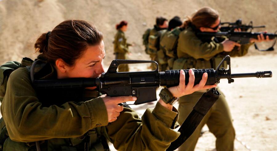 Claus Hjort Frederiksen ønsker flere kvinder i specialstyrkerne. Få lande har kvinder i specialstyrkerne, men mange lande har efterhånden kvinder også i regulære kampenheder. Der har Israel altid været langt foran andre lande.