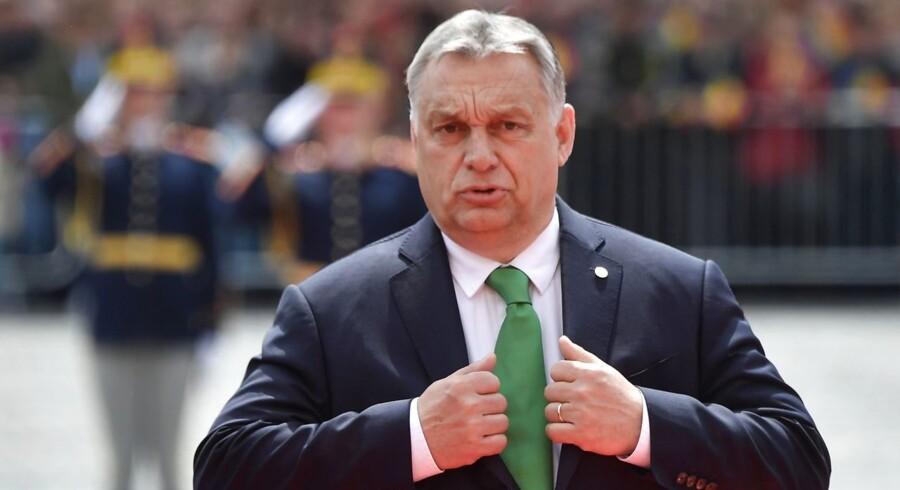 Valget til Europa-Parlamentet drejer sig om, hvorvidt politikere vil begrænse indvandringen – eller organisere den – mener Ungarns premierminister, Viktor Orbán, der dermed skærper tonen op til valget. Det er fortsat uklart, hvem Orbán vil indgå i gruppe med efter parlamentsvalget. Ifølge målingerne kan han få en kongemagerrolle efter valget, når EU skal beslutte, hvem der bliver ny formand for Europa-Kommissionen.