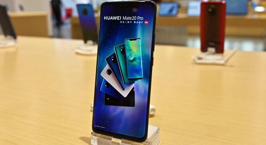 Huaweis nye 5G-smartphones bliver trukket tilbage af den britiske mobilgigant EE, som i næste uge lancerer sit 5G-net, på grund af usikkerheden om opdateringer af Android-styresystemet efter det kommende, amerikanske forbud. Alle Huaweis telefoner – heriblandt den på billedet – bruger Android, som Google står bag. Arkivfoto: Hector Retamal, AFP/Ritzau Scanpix