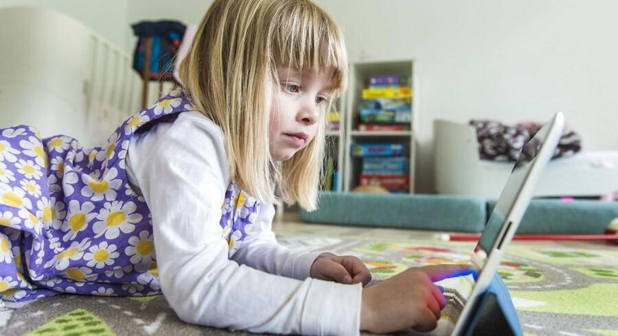 Stine Liv Johansen og Anne Mette Thorhauge skriver om børns »skærmtid«: »Problemet er imidlertid ikke så stort, som det undertiden gøres til ... Effekten er så svag, at den er mindre end effekten af at spise mange kartofler eller at bære briller.«