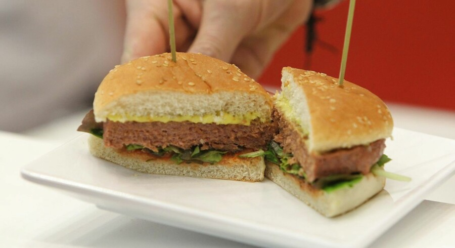 Burgerkæder i Skandinavien som McDonald's Danmark og Max Burger i Sverige satser i stigende grad på vegetariske og veganske alternativer i deres produkter. Her ses en burger lavet på vegansk plantefars.