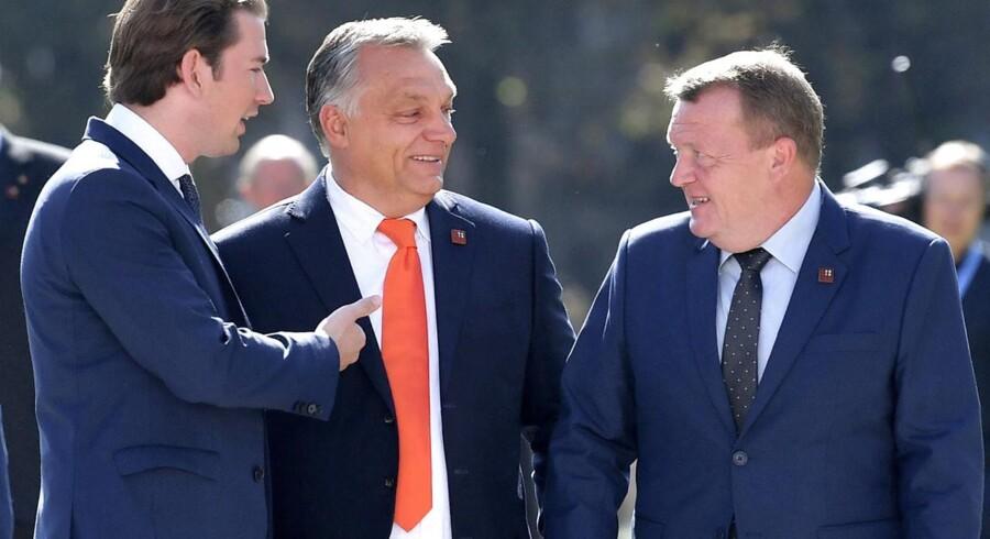 »En af dem, der kaster med grus - og nogle gange også tungere sten - er Ungarns premierminister Viktor Orbán.«