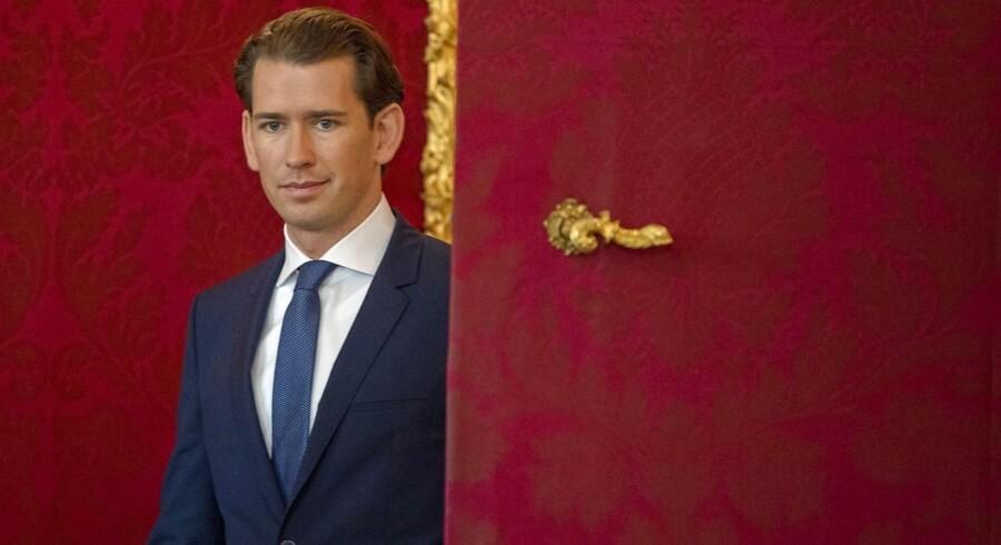Den østrigske kansler, Sebastian Kurz, har mistet sine regeringspartnere fra Frihedspartiet (FPÖ) efter afsløringen af skjulte optagelser, hvor man ser FPÖs formand, Heinz-Christian Strache, tale om, hvordan en russisk pengemand kunne overtage en af Østrigs største aviser for at fjerne kritiske journalister og sætte avisen til at støtte hans parti. Foto: Ritzau/Scanpix/EPA/Christin Bruma