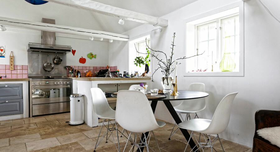 Køkkenet, bygget af den tidligere ejer for ti år siden, er bevaret med grå skuffer og rosa kakler, som Lise Juel har lært at holde af.