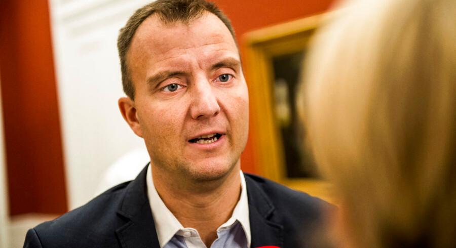 Dansk Folkepartis medieordfører, Morten Marinus, havde håbet, at flere ville have budt på sendetilladelsen til FM4, hvor Radio24syv sender til udgangen af oktober. Der er kun komme én ansøger: Radio FM4 A/S, som er et konsortium af regionale og lokale medier fra hele Danmark.