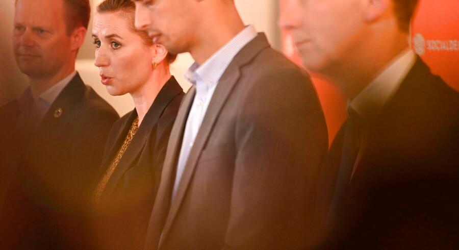 S-formand Mette Frederiksen fremlagde fredag partiets samlede udlændingepolitik sammen med partifællerne Nick Hækkerup, Mattias Tesfaye og Jeppe Kofod. Men partiet får kritik for ikke at levere klare svar på afgørende spørgsmål.
