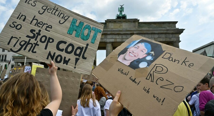 Til en klimademonstration i går, fredag, holder unge tyske demonstranter plakater op, hvor de kræver et stop for kulkraft og hylder youtuberen Rezo.