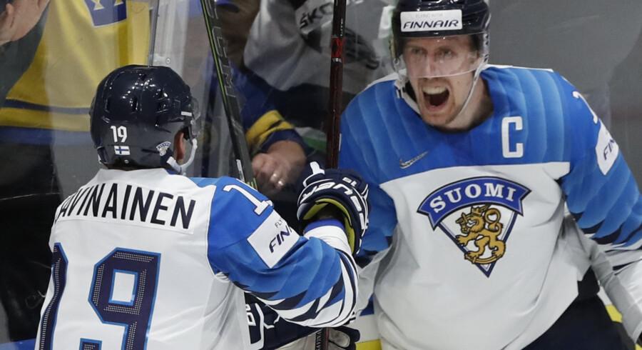 Marko Anttila (th) fejrer en af sine scoringer mod Canada i VM-finalen i ishockey. Vasily Fedosenko/Reuters