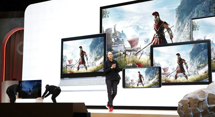 Google annoncerede i marts at ville forandre spilverdenen for altid med Stadia – en kommende abonnementstjeneste på spil, som vil udnytte hestekræfterne i Googles net af datacentre og lægge dem i spilproducenternes hænder, så spillerne kan spille alle spil på hylderne på enhver form for udstyr. Her er Googles Phil Harrison på scenen på spiludviklerkonferencen i San Francisco for at fortælle om satsningen, som danske spilproducenter ser ud til at kunne nyde godt af. Arkivfoto: Stephen Lam, Reuters/Ritzau Scanpix