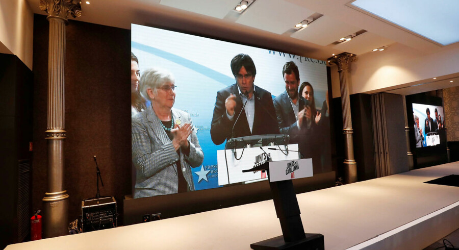 Carles Puigdemont taler pr. videokonference fra sit eksil i Belgien, efter at den flygtede catalanske separatistleder søndag blev valgt som ny spansk europaparlamentariker.