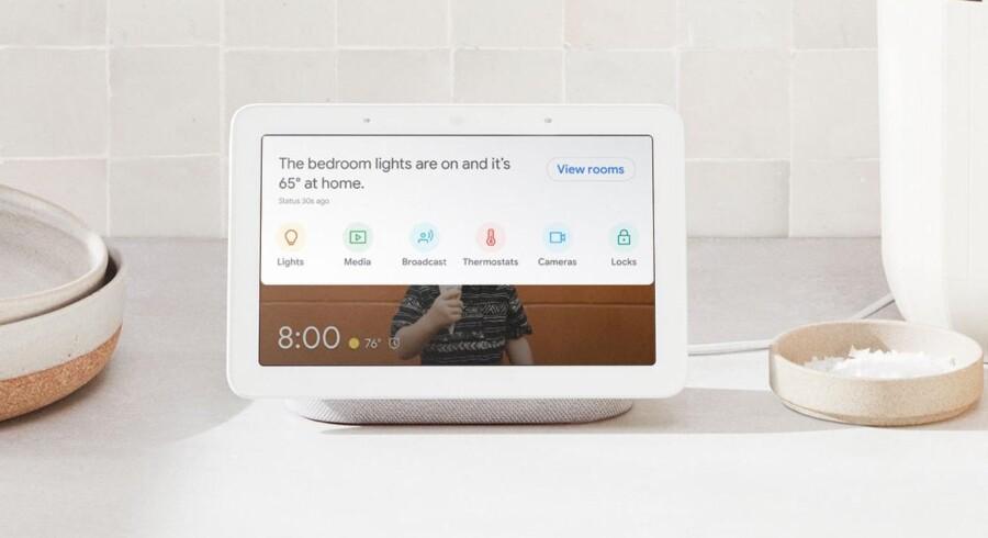 Google Nest Hub er en smart højttaler med syvtommerskærm på, så man kan betjene den ved at tale til den og samtidig bruge den til at styre alt øvrigt udstyr, der er koblet på det trådløse net derhjemme. Foto: Google