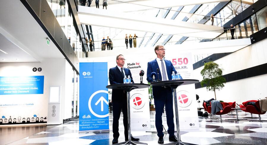 »Sandheden er, at vi i erhvervslivet brænder inderligt for at fremtidssikre det samfund, vi alle holder så meget af. Alligevel taler vi oftest om »rammebetingelser«, »konkurrenceevne« og »vækst« – begreber som for mange danskere er kolde og diffuse., skriver André Rogaczewski. Her udnævnes Lars Sandahl Sørensen (t.h.) til ny adm. direktør i Dansk Industri og præsenteres af DIs formand, Lars-Peter Søbye.